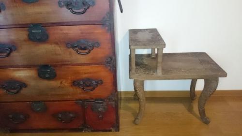 出張買取の池屋で買い取った松本箪笥と軽井沢彫りのサイドテーブル