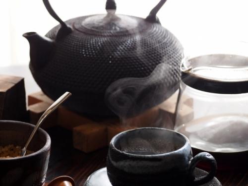 伝統工芸品の南部鉄瓶で沸かしたお湯でコーヒーを入れている写真