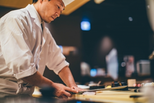 出張買取『池屋』のWebサイトで使用した和食の料理人のフリー素材