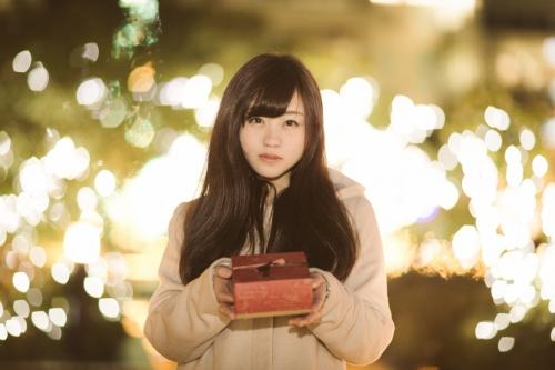 出張買取『池屋』のWebサイトで使用したプレゼントを手渡そうとしている女性のフリー素材