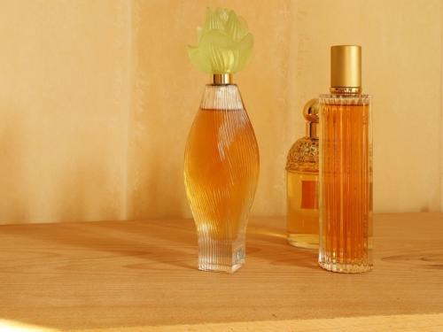 出張買取『池屋』のWebサイトで使用したラリックの香水瓶のフリー素材
